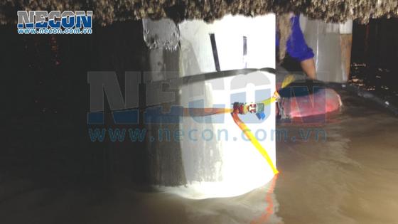 Đổ vữa cường độ cao phía trong tấm sợi thủy tinh - sửa chữa cọc cầu cảng 3