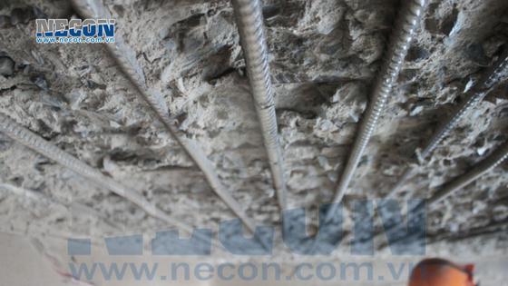 Phun cát ướt làm sạch bề mặt cốt thép đáy bản cầu cảng