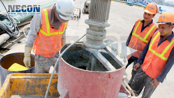 Sửa chữa kết cấu cầu cảng Vedan Đồng Nai- Trộn vữa Denka spreed ace phun ướt