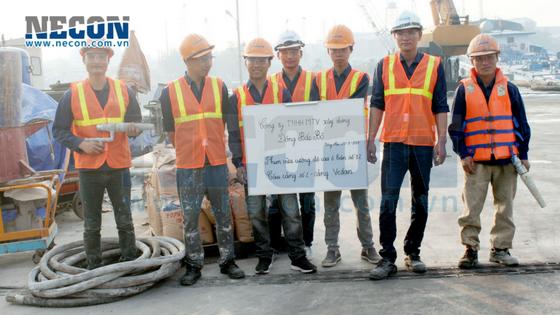 Công nhân thi công sửa chữa kết cấu cầu cảng Vedan Đồng Nai